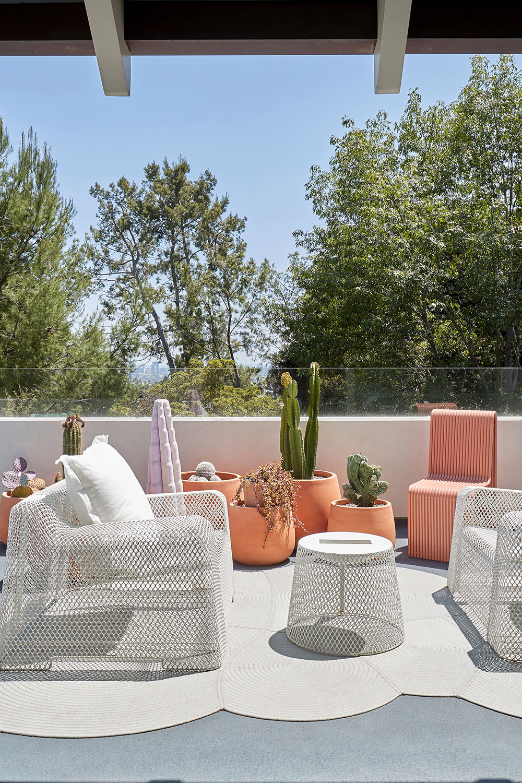 Необычная мебель и надписи на стенах: яркий дом для молодой семьи в Лос-Анджелесе