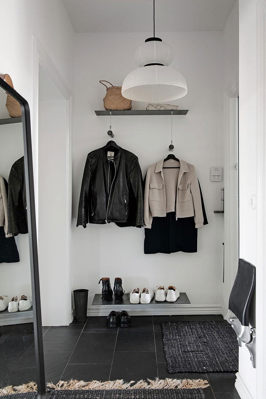 Красивый бело-серый интерьер с винтажной дверью в Гётеборге (87 кв. м)
