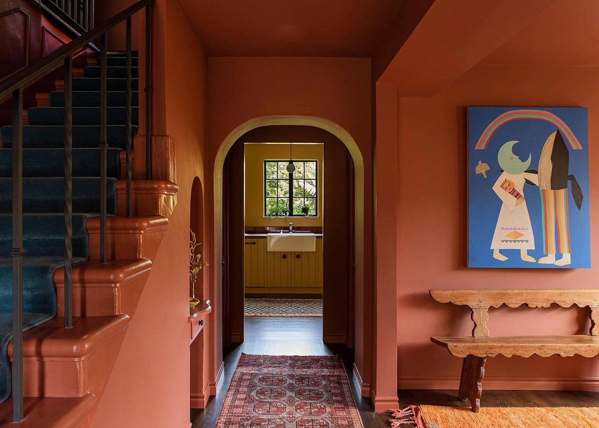 Терракотовое настроение: дом в США, где нет ни одной белой стены