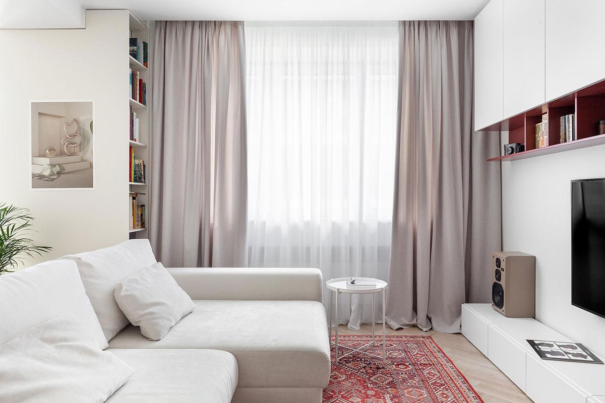 Маленькая белая квартира в Москве со спальней за стеклом (45 кв. м)