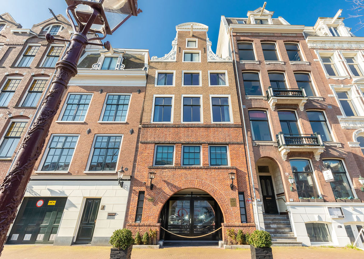 Модный дизайн квартиры в необычном доме у канала 17 века в Амстердаме