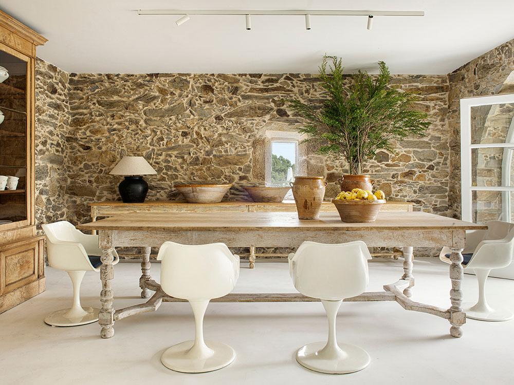 Превращение старого фермерского дома в современный особняк для семьи в Испании
