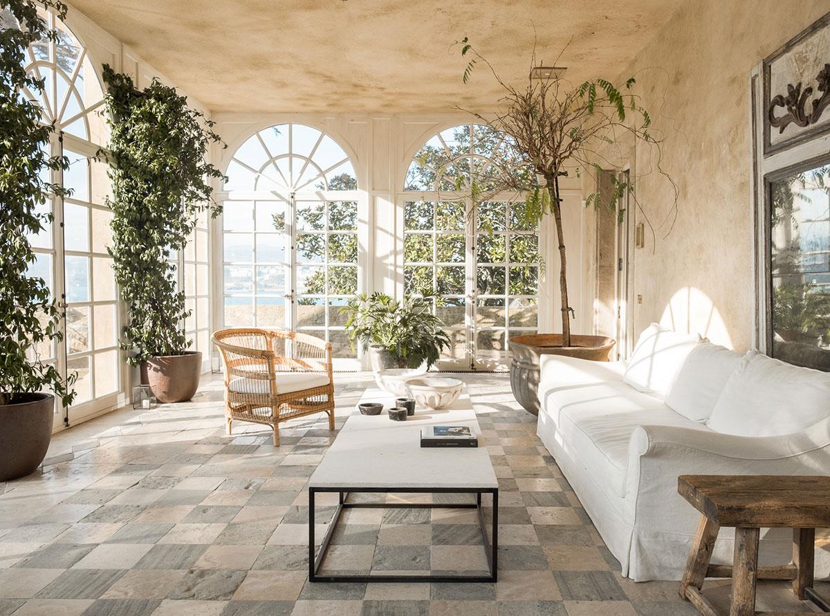 Белый цвет, классика и минимализм: воздушный интерьер особняка в Испании