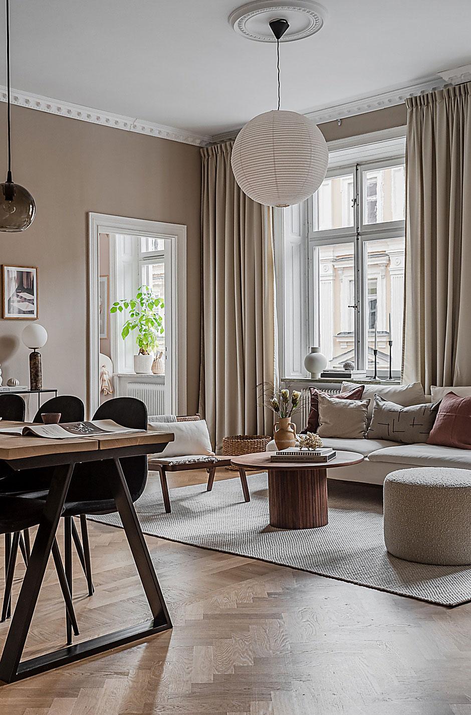 Прекрасный бежевый интерьер уютной скандинавской квартиры с открытой гостиной (69 кв. м)