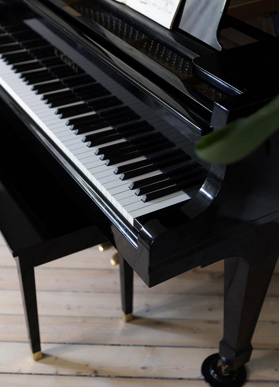 Красивая скандинавская квартира с роялем и зелёной кухней (82 кв. м)