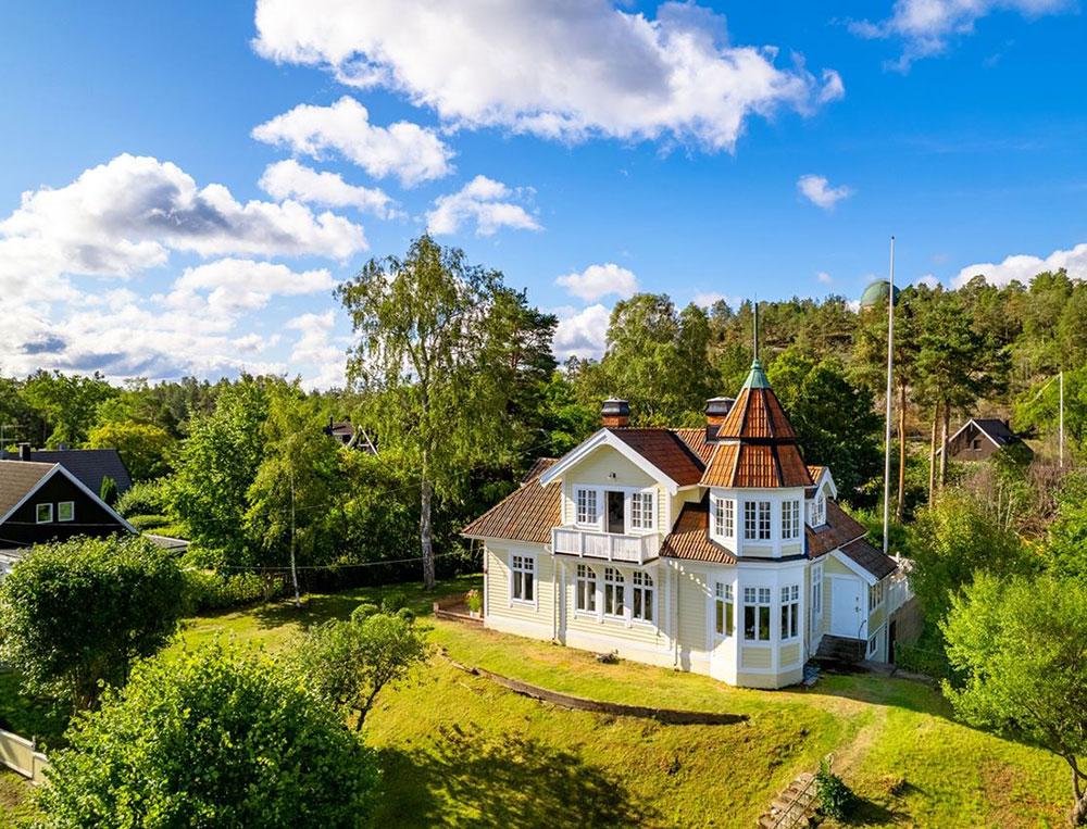 Сказочный желтый домик с современными интерьерами в Швеции