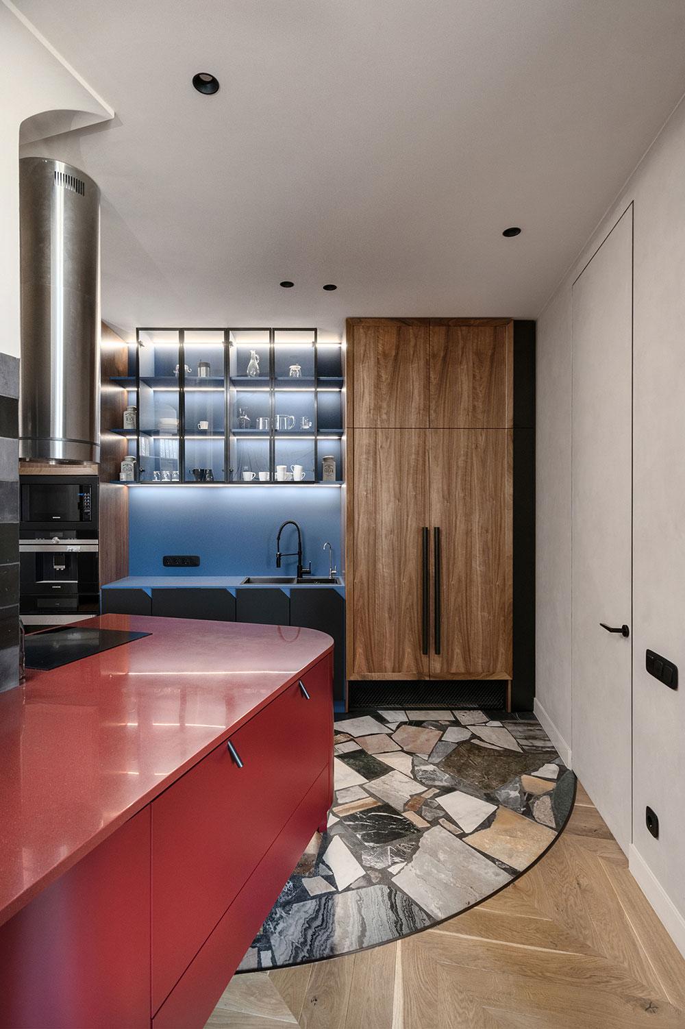 Смелые обои и решения в дизайне квартиры с неудобной планировкой в Киеве