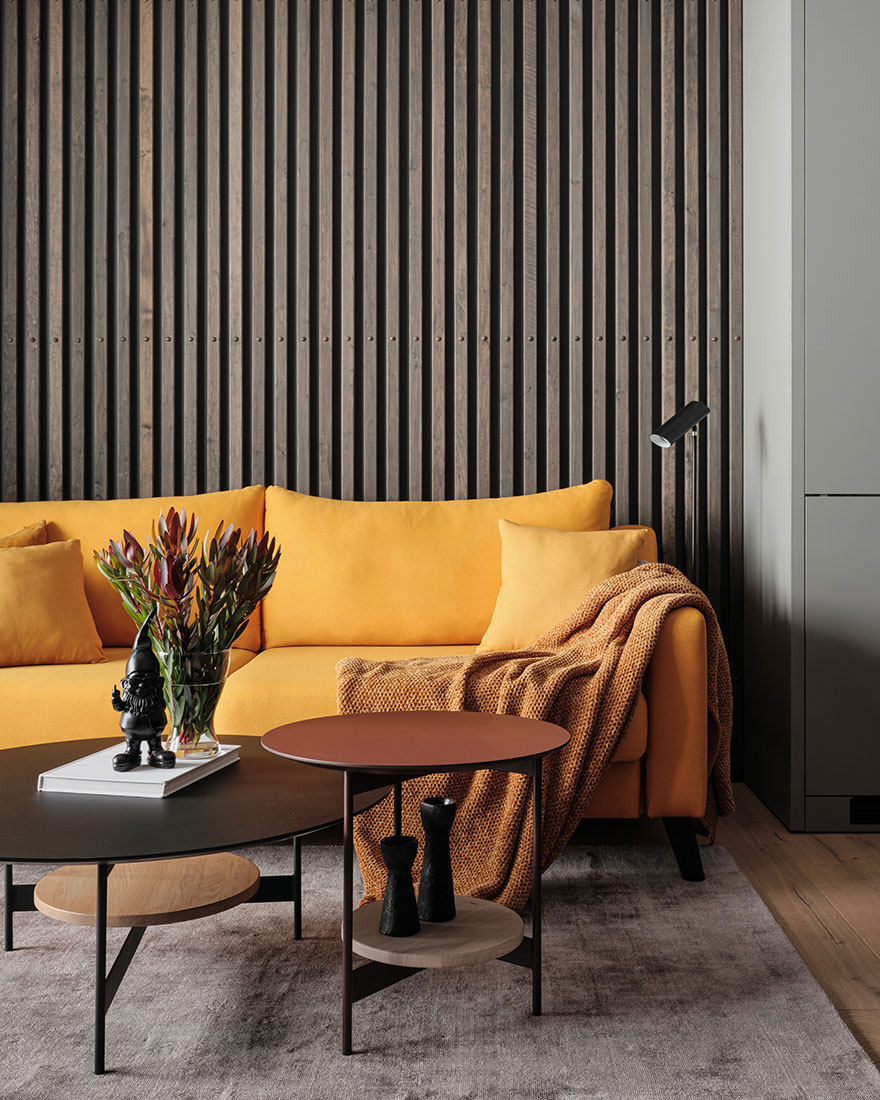 Стильный строгий интерьер с жёлтым диваном для девушки в Санкт-Петербурге (43 кв. м)
