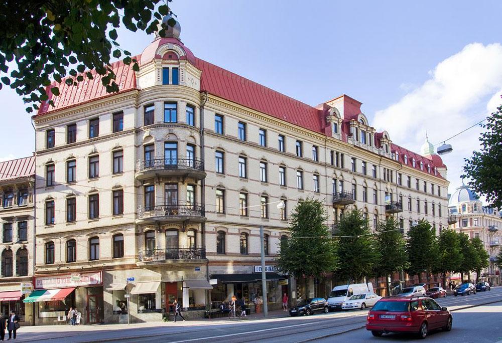 Стильные контрасты в интерьере прекрасной шведской квартиры с лепниной (112 кв. м)