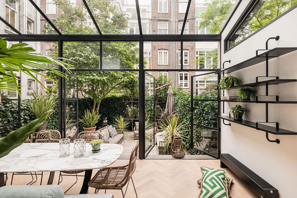 Светлые современные апартаменты с задним двориком в доме на канале в Амстердаме