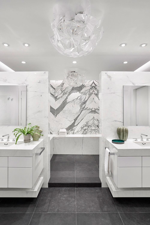 Причудливый декор в интерьере светлого лофта в Нью-Йорке