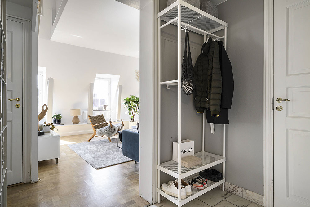 Современная двухуровневая квартира под крышей в Швеции