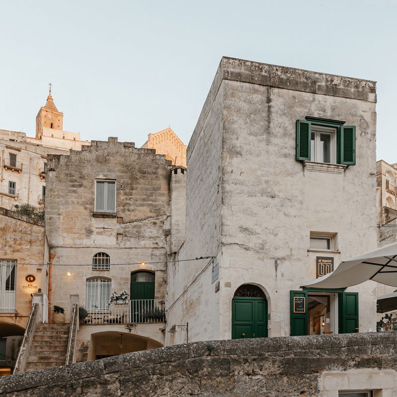 Стены из вулканической породы и камня и раковины-сосуды: мини-отель Ai Maestri в Италии