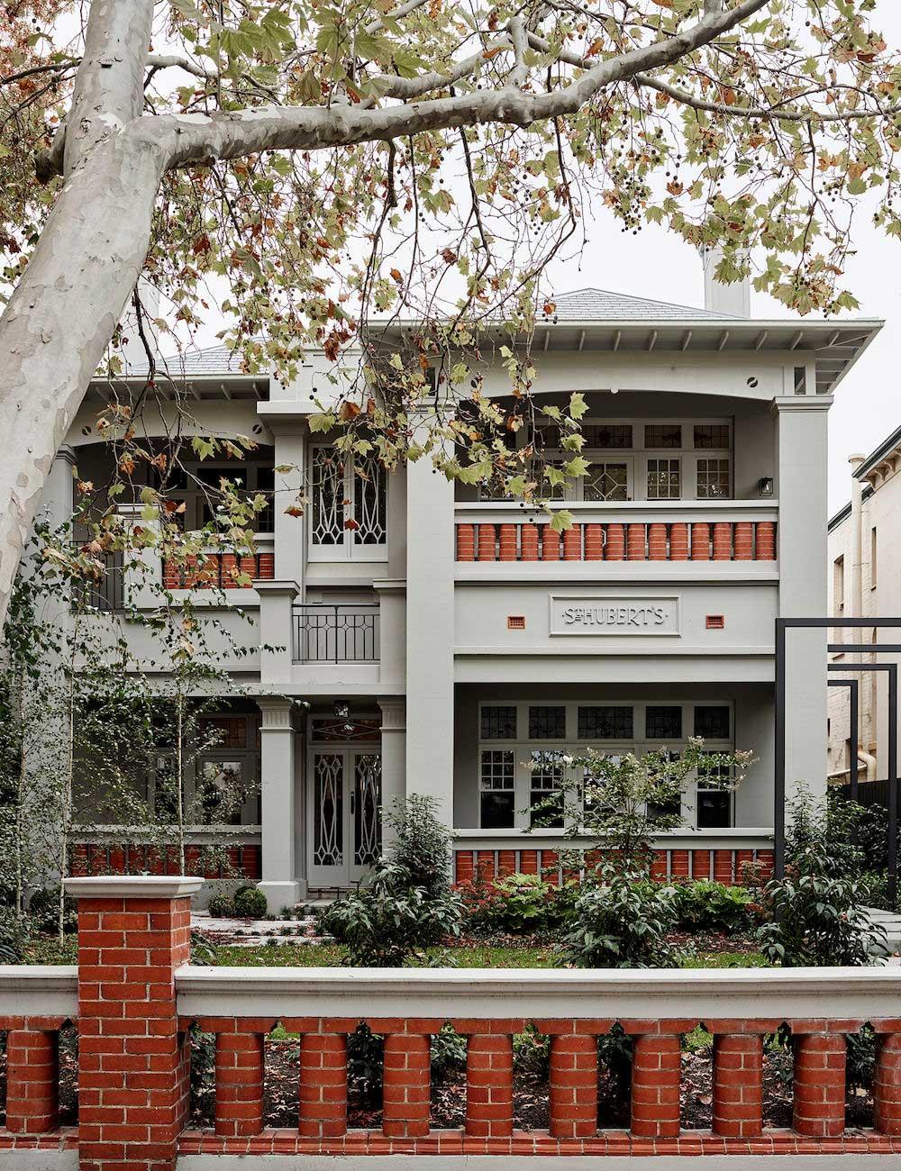 Особняк 1910 года с витражами и стильным современным интерьером в Мельбурне
