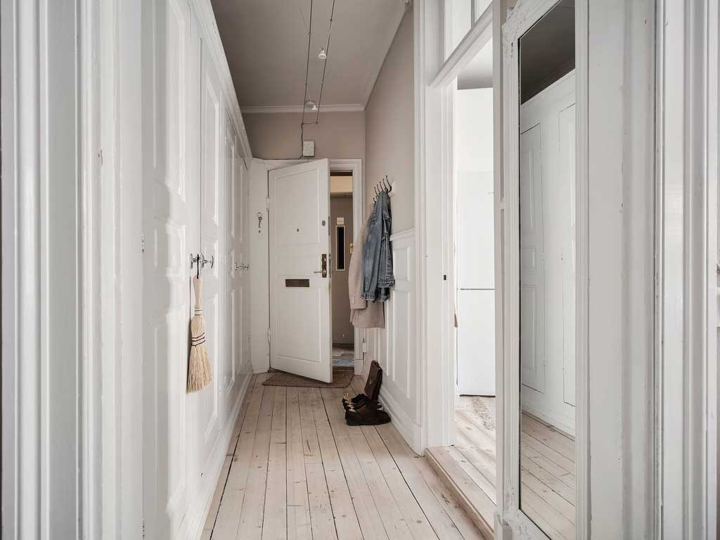 Красивый бежевый и стильные постеры: прекрасная квартира в Гётеборге (70 кв. м)