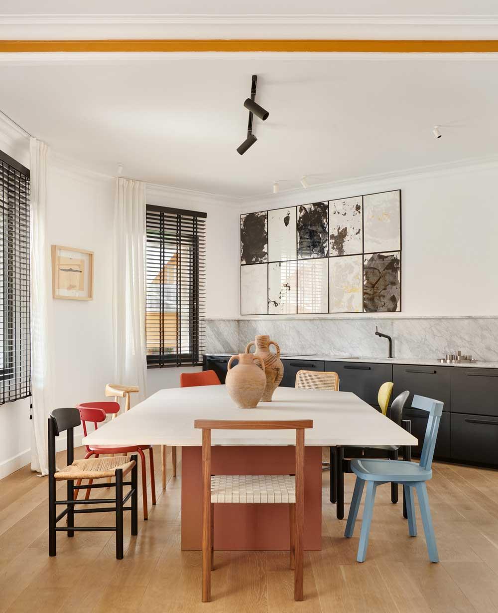 Красочная квартира дизайнера с оригинальным декором в Барселоне
