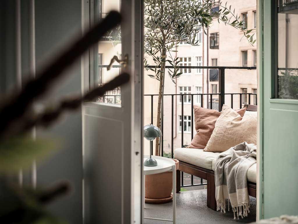 Светлый и спокойный интерьер с модным жёлтым креслом и круглой спальней в Швеции (49 кв. м)