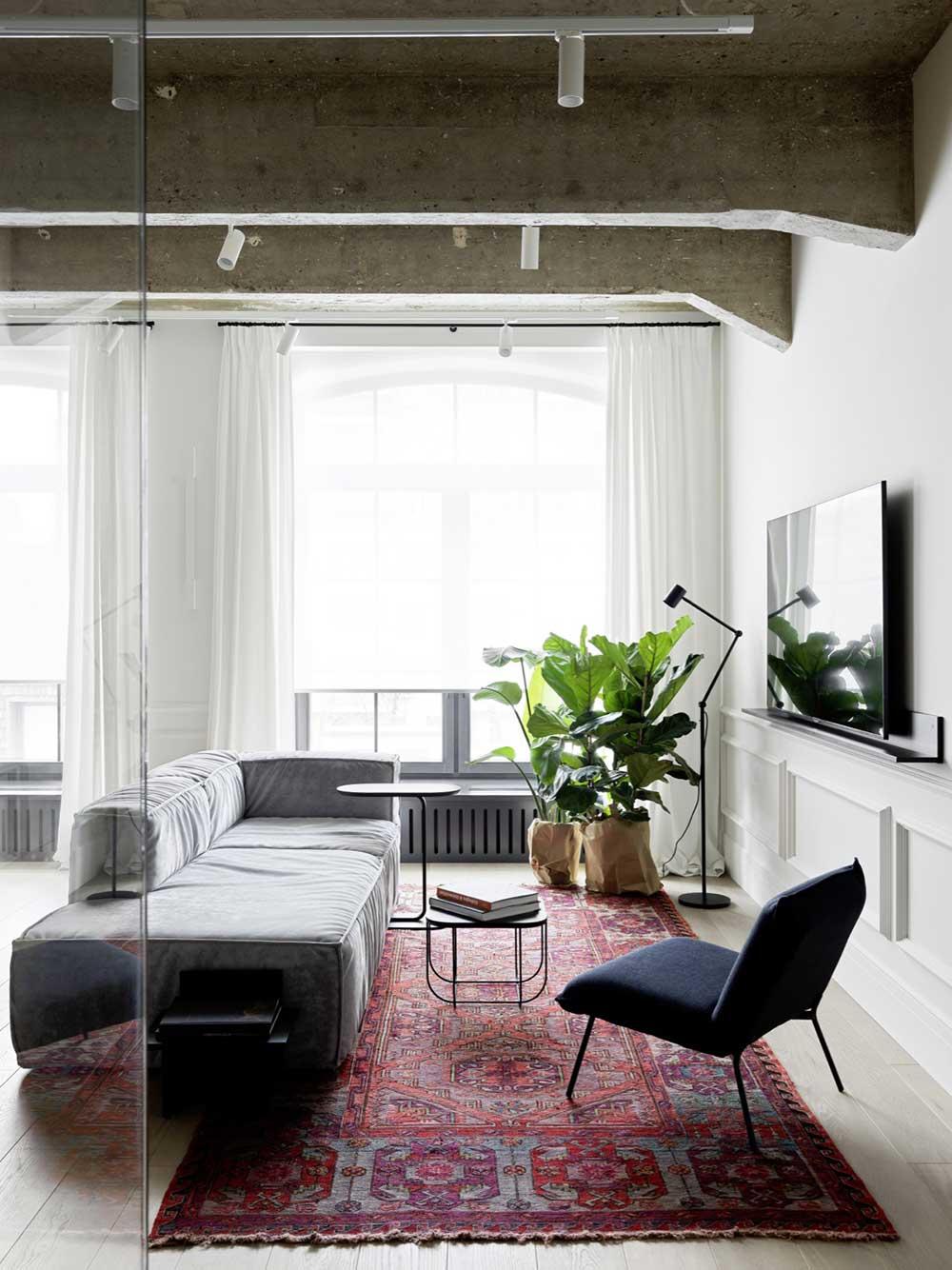 Минимализм, молдинги и бетон: квартира для дочери скульптора Даши Намдакова в Москве (72 кв. м)