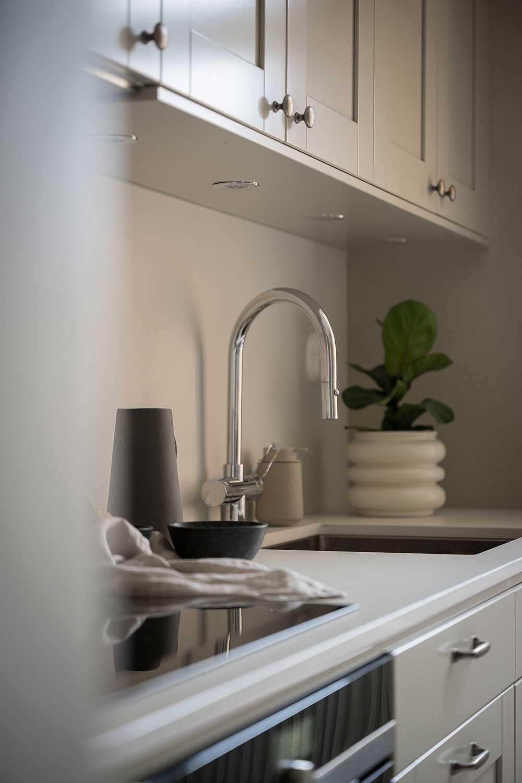 Спокойствие и умиротворение: нежный монохромный интерьер скандинавской квартиры (65 кв. м)