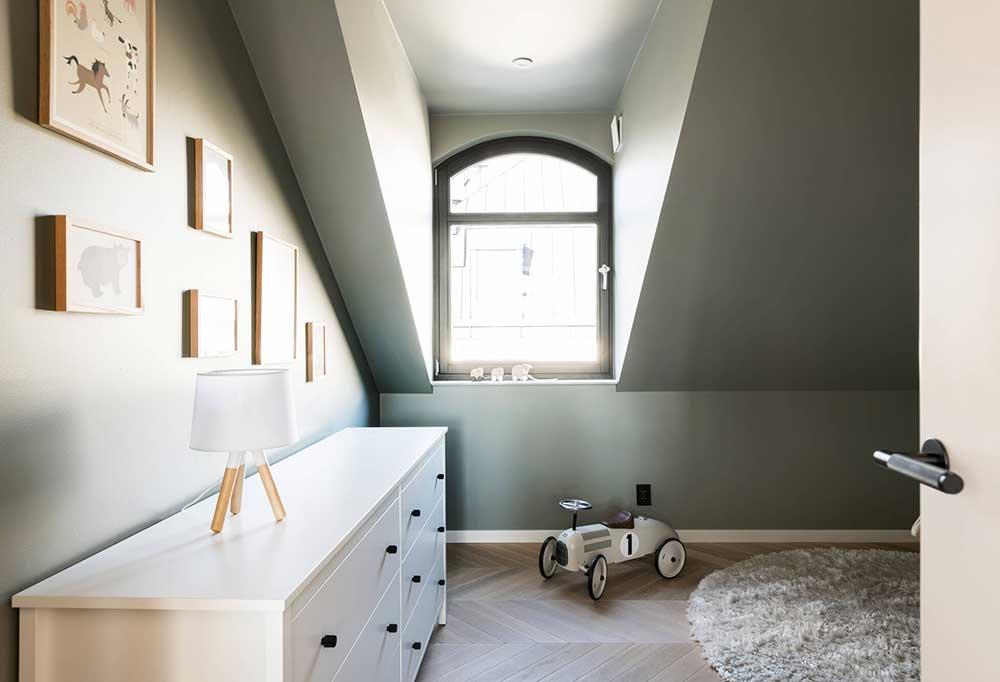 Стильная мансардная квартира в Стокгольме с террасой и винной комнатой
