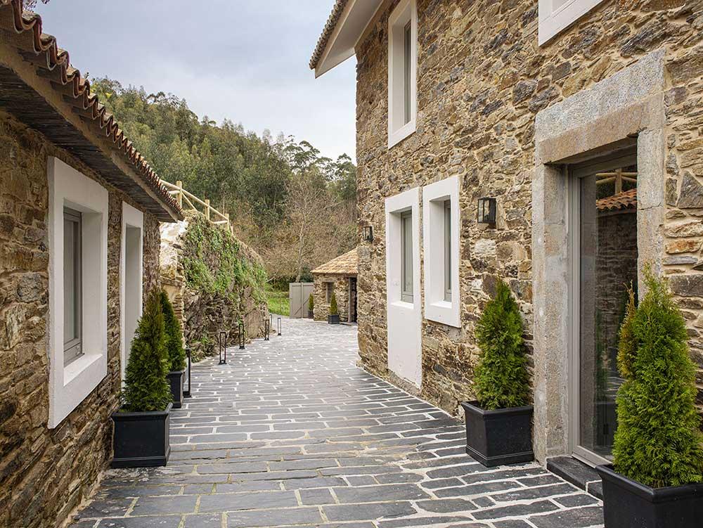 Невероятно уютный каменный дом в окружении каштановых деревьев в Испании